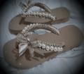 用珍珠装饰的拖鞋