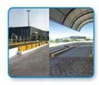 Carretera, ferrocarril y las básculas de ferrocarril -